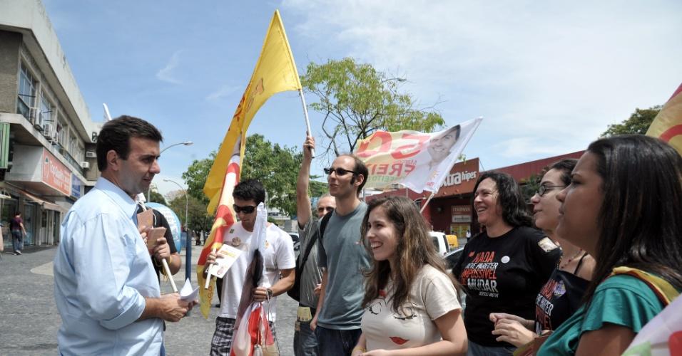 25.set.2012 - O candidato do PSOL à Prefeitura do Rio de Janeiro, Marcelo Freixo (à esq.), participa de caminhada na estrada do Galeão, na Ilha do Governador