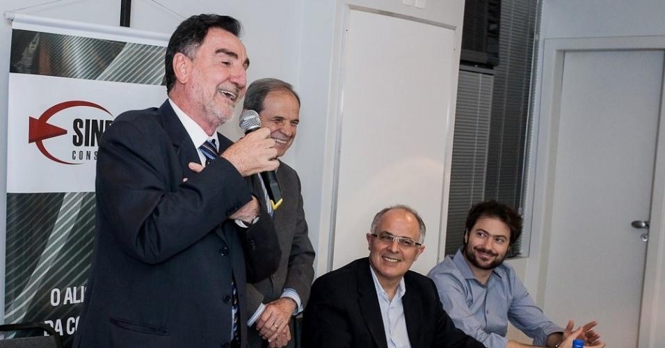 25.set.2012 - O candidato do PT à Prefeitura de Belo Horizonte, Patrus Ananias, discursa durante encontro com associados do Sinduscon-MG (Sindicato da Indústria da Construção Civil de Minas Gerais)