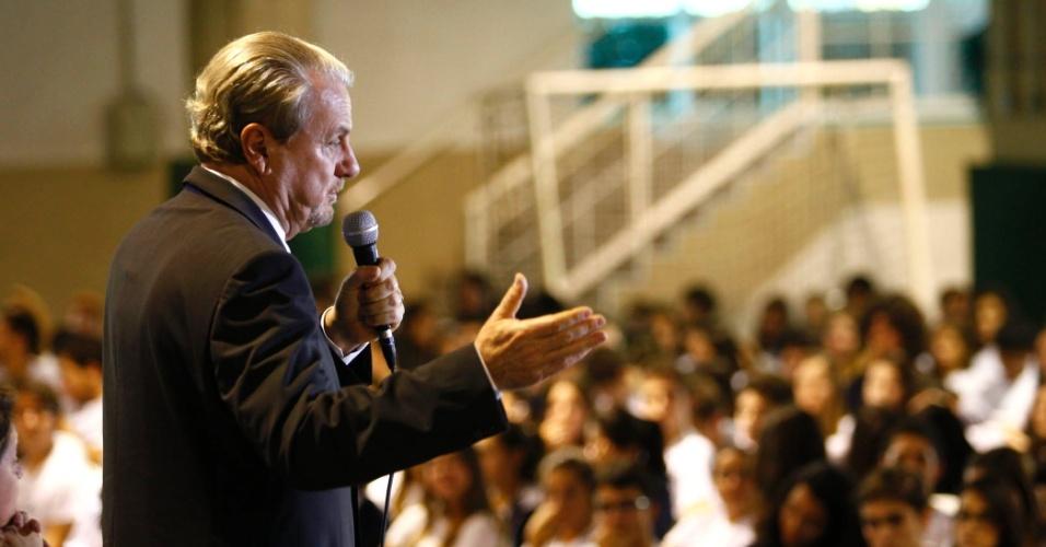 25.set.2012 - O prefeito e candidato à reeleição Marcio Lacerda (PSB), participa de debate com estudantes no colégio Marista Dom Silvério