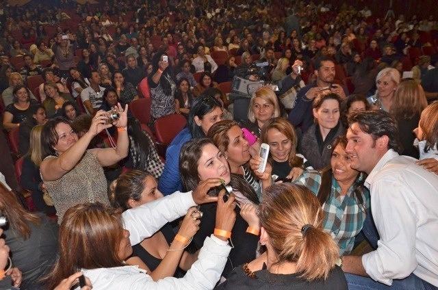 25.set.2012 - Ratinho Junior (à dir.), candidato do PSC à Prefeitura de Curitiba, tira fotos com eleitoras durante reunião nesta terça-feira com representantes da área de beleza