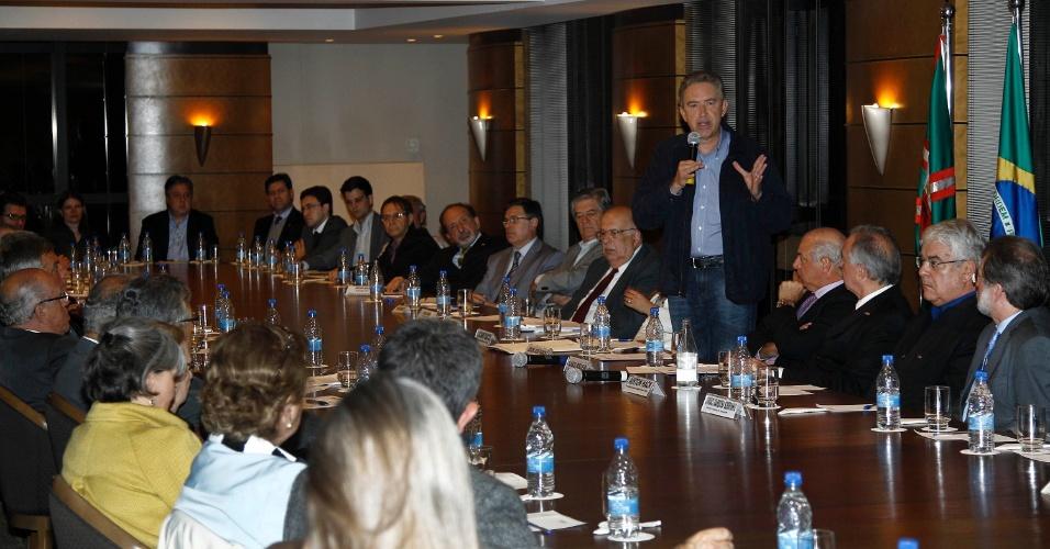25.set.2012 - O candidato à reeleição em Curitiba, Luciano Ducci (PSB), participou de sabatina realizada pela Associação Comercial do Paraná