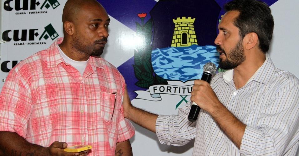 25.set.2012 - O candidato do PT à Prefeitura de Fortaleza, Elmano de Freitas, participou do evento Prefeituráveis 2012, organizado pela Central Única das Favelas (CUFA), com a presença do cantor MV Bill
