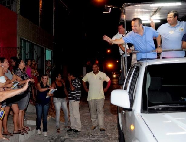 25.set.2012 - Rogério Marinho, candidato do PSDB à Prefeitura de Natal, acena para eleitores durante carreata pelo bairro Bom Pastor, na zona oeste da capital potiguar