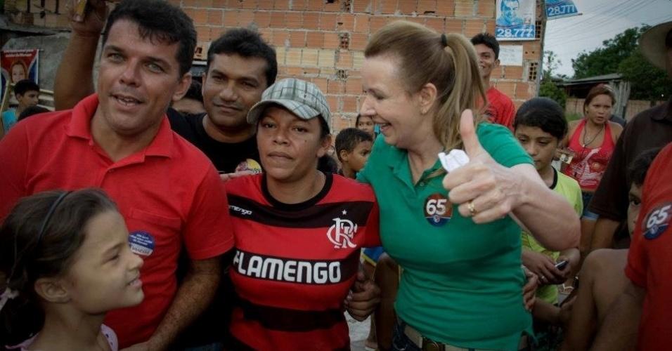 26.set.2012 - A candidata do PC do B à Prefeitura de Manaus, Vanessa Grazziotin (de verde), fez campanha no Monte das Oliveiras, zona norte da capital amazonense