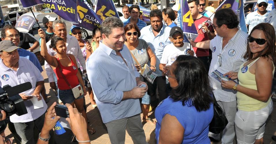 25.set.2012 - Guilherme Maluf, candidato do PSDB à Prefeitura de Cuiabá, fez caminhada pelo bairro de Santa Isabel, região oeste da capital mato-grossense