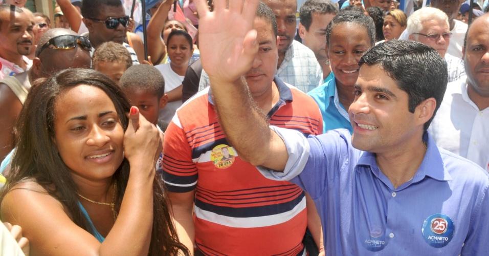 26.set.2012 - O candidato do DEM à Prefeitura de Salvador, ACM Neto, fez caminhada na manhã desta quarta-feira pelo bairro de Castelo Branco
