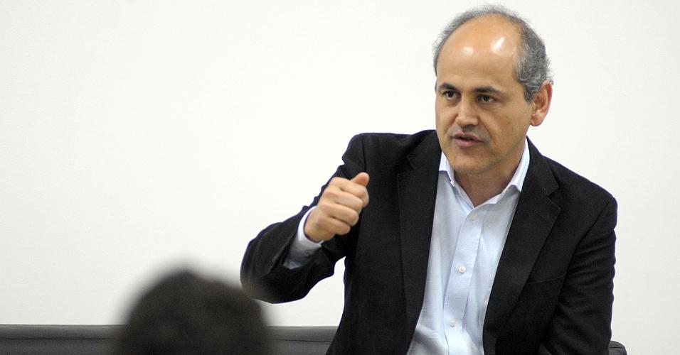 26.set.2012 - O candidato do PDT à Prefeitura de Curitiba, Gustavo Fruet, participou de sabatina organizada por uma faculdade particular no centro da capital paranaense