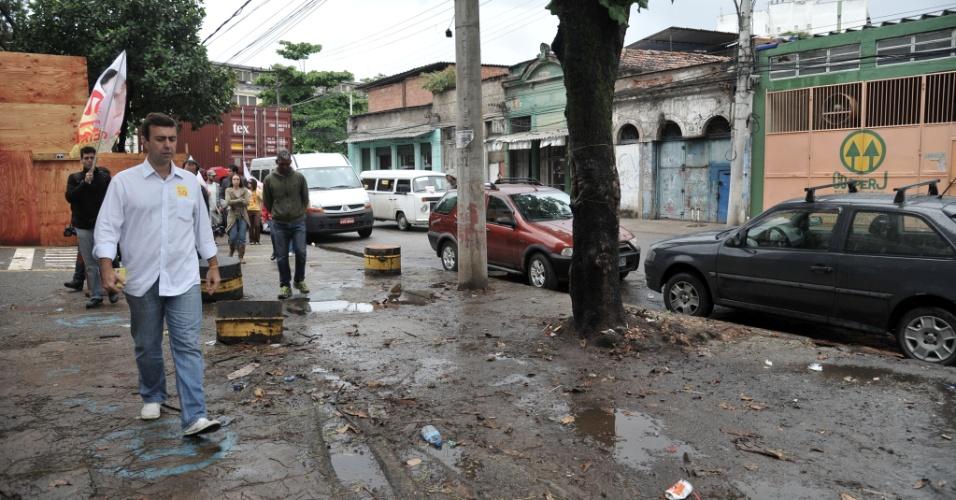 26.set.2012 - O candidato do PSOL à Prefeitura do Rio de Janeiro, Marcelo Freixo, fez campanha pelo bairro do Caju, na zona portuária, na tarde desta quarta-feira