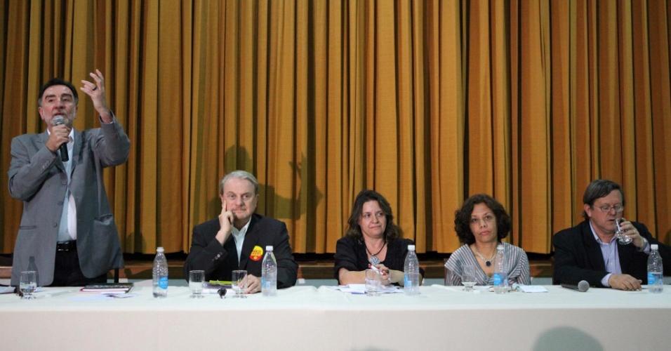 26.set.2012 - Os candidatos à Prefeitura de Belo Horizonte participaram nesta quarta-feira de um debate promovido por um colégio particular na região da Pampulha. Da esquerda para a direita estão Patrus Ananias (PT), Marcio Lacerda (PSB), Vanessa Portugal (PSTU), Maria da Consolação (PSOL) e Tadeu Martins (PPL)