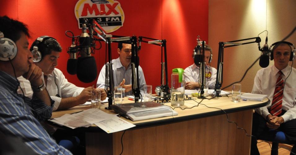 """26.set.2012 - Os candidatos à Prefeitura de Cuiabá participaram nesta quarta-feira de debate realizado pela rádio """"Mix FM"""". Da esquerda para a direita estão Carlos Britto (PSD), Guilherme Maluf (PSDB), Lúdio Cabral (PT), Mauro Mendes (PSB) e Mauro Lara (PSOL)"""