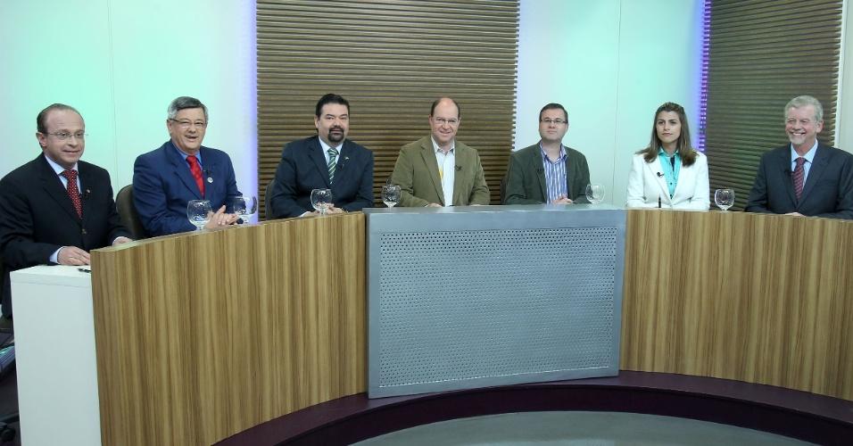 """26.set.2012 - Os candidatos à Prefeitura do Porto Alegre participaram de debate da """"TV Pampa"""" (afiliada da 'Rede TV') nesta quarta-feira. (Da esq. para dir.) Adão Villaverde (PT), Jocelim Azambuja (PSL), Wambert di Lorenzo (PSDB), Érico Corrêa (PSTU), Roberto Robaina (PSOL), Manuela D`Avila (PC do B) e José Fortunati (PDT)"""