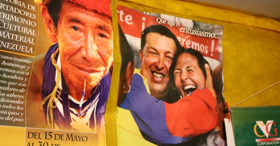 26.set.2012 - Rádio comunitária de Santa Elena de Uairen, cidade venezuelana, tem foto de Hugo Chávez na parede