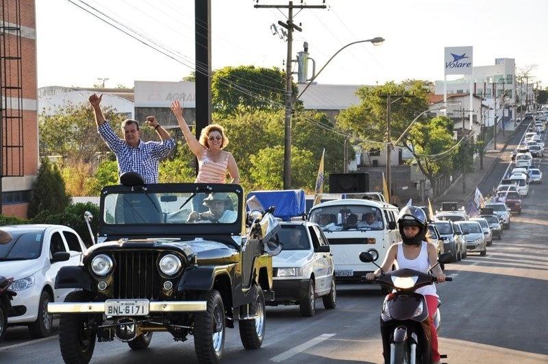 22.set.2012 - O candidato à Prefeitura de Araçatuba, Dilador Borges (PSDB), e sua vice, Clarice Andorfato (DEM), participam de carreata no Dia Mundial Sem Carro, durante a tarde deste sábado, pelas ruas da cidade