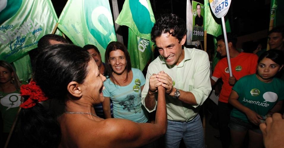 26.set.2012 - Daniel Coelho, candidato do PSDB à Prefeitura do Recife, cumprimenta eleitora durante caminhada na noite desta quarta-feira pelo bairro Beira Rio, região norte da capital pernambucana