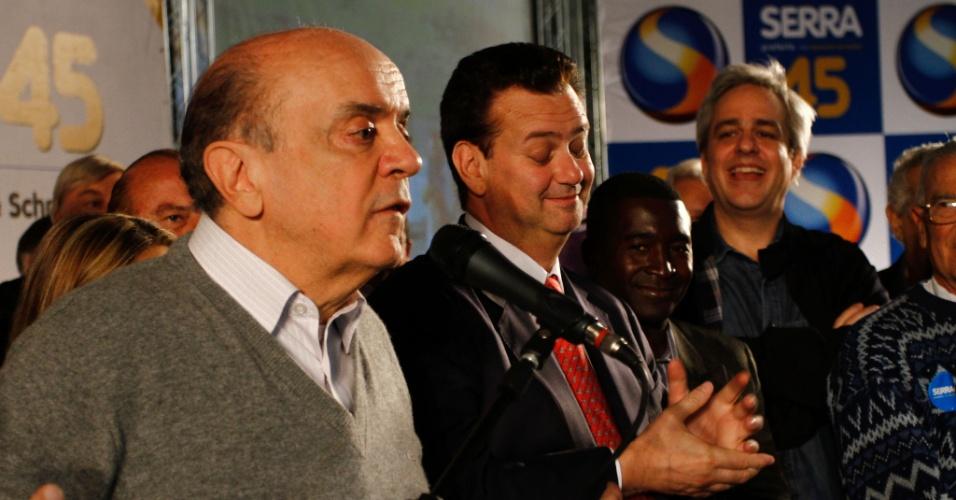 26.set.2012 - José Serra, candidato do PSDB à Prefeitura de São Paulo, apresenta suas propostas para a área de Esporte durante encontro com atletas na zona sul da capital ao lado do prefeito Gilberto Kassab (PSD)