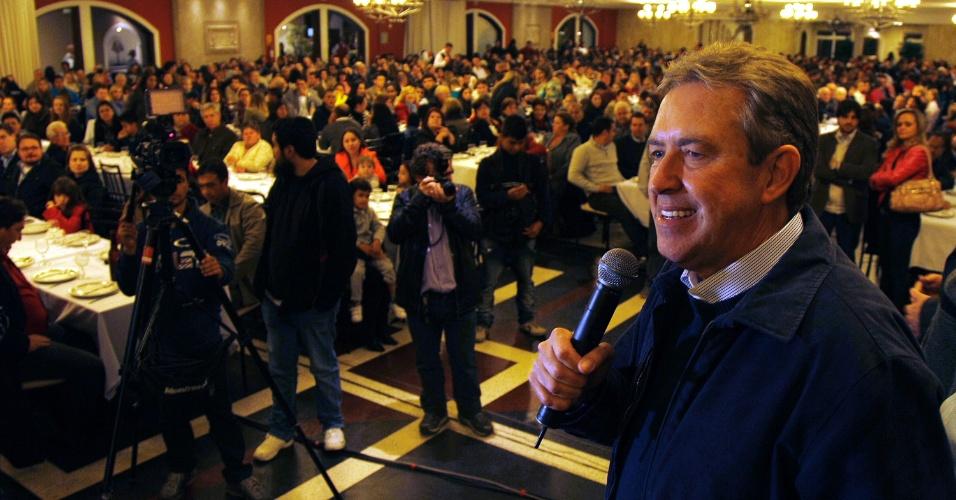 26.set.2012 - Luciano Ducci, candidato à reeleição em Curitiba pelo PSB, se reuniu na noite desta quarta-feira com integrantes do Conselho Regional de Odontologia, na sede da entidade, no centro da capital paranaense