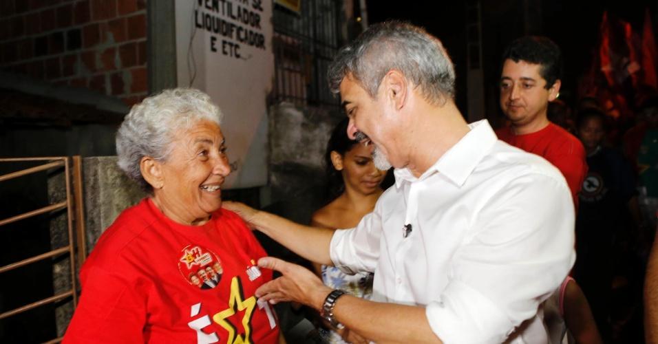 26.set.2012 - O candidato do PT à Prefeitura do Recife, Humberto Costa, conversa com eleitora durante caminhada pelo bairro Coqueiral, região sul da cidade
