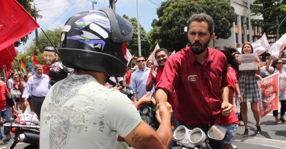 27.set.2012 - Elmano de Freitas, candidato do PT à Prefeitura de Fortaleza, participou de adesivaço no cruzamento das avenidas da Universidade e 13 de Maio, na região central da capital cearense