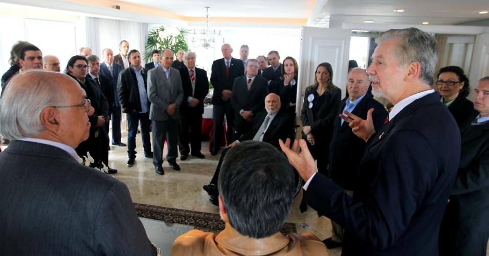 27.set.2012 - José Fortunati, candidato à reeleição em Porto Alegre pelo PDT, participou na manhã desta quinta-feira de café da manhã com empresários
