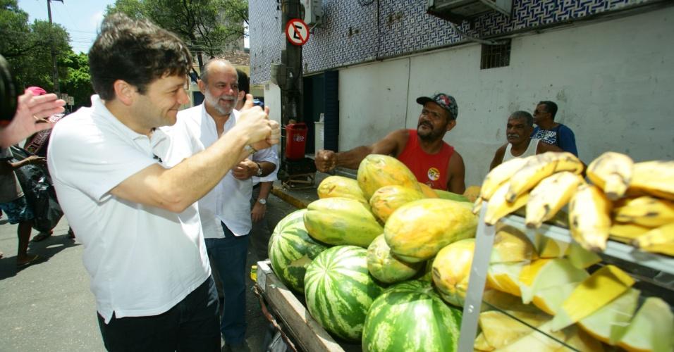 27.set.2012 - O candidato do PSB à Prefeitura do Recife, Geraldo Júlio (à esq.), cumprimenta feirante durante caminhada pelo centro da capital pernambucana