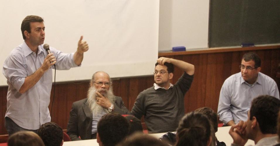 27.set.2012 - O candidato do PSOL à Prefeitura do Rio de Janeiro, Marcelo Freixo, responde a perguntas de estudantes durante visita a uma escola no bairro do Flamengo, zona sul da cidade