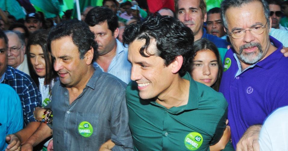 27.set.2012 -  O senador Aécio Neves (à esq.), do PSDB-MG, e o candidato a vereador do Recife, Raul Jungmann (de roxo), do PPS, participam de campanha do candidato do PSDB à prefeitura do Recife, Daniel Coelho (de verde), no centro da capital pernambucana