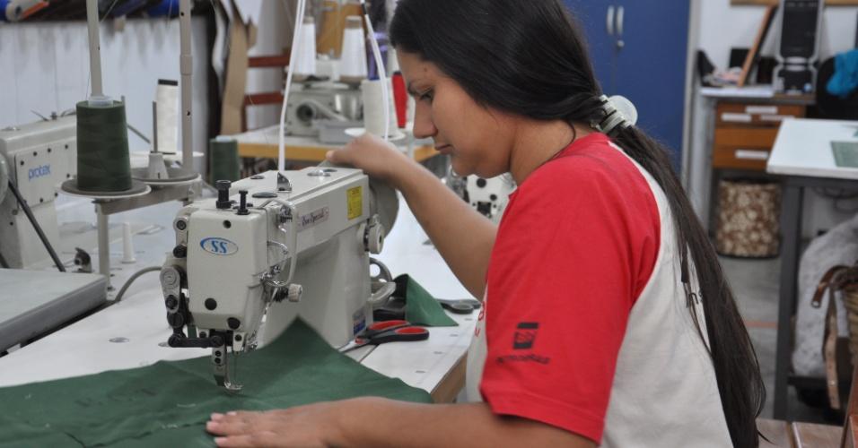 Uma das sete integrantes da oficina de costura do Instituto Família Legal, em Bonito (MS), trabalha na confecção de uma bolsa a partir do tecido de malotes dos Correios