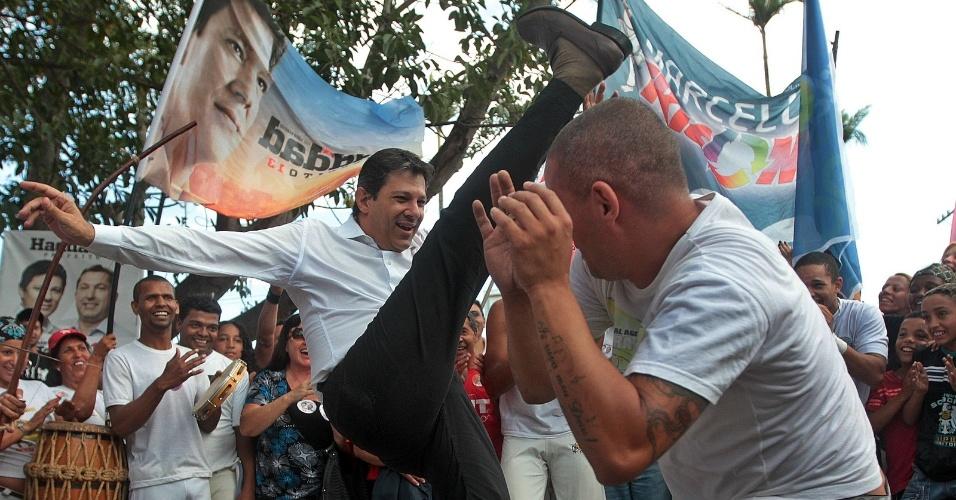 25.ago.2012 - Fernando Haddad, candidato do PT à Prefeitura de São Paulo, joga capoeira durante caminhada na avenida Cupecê, no Jardim Miriam, zona sul da capital