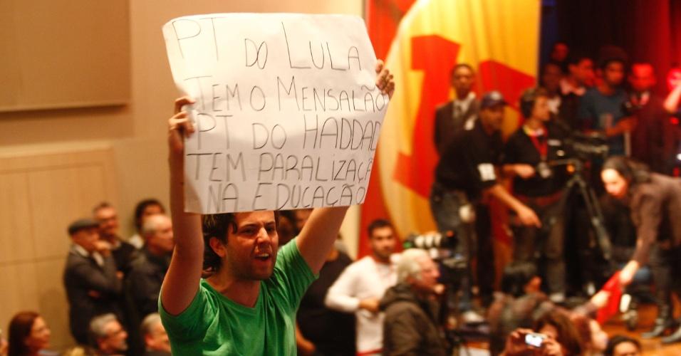 27.set.2012 - Estudante protesta com cartaz contra o candidato à Prefeitura de São Paulo Fernando Haddad (PT) e o ex-presidente Luiz Inacio Lula da Silva (PT) durante Plenária com estudantes na faculdade Uninove. Do lado de fora, militantes do PSOL também protestavam contra o candidato