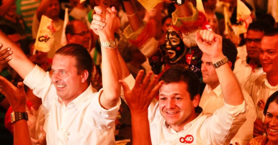 27.set.2012 - Geraldo Julio (à dir.), candidato do PSB à Prefeitura do Recife, acena para o público ao lado do governador de Pernambuco Eduardo Campos durante lançamento do seu programa de governo
