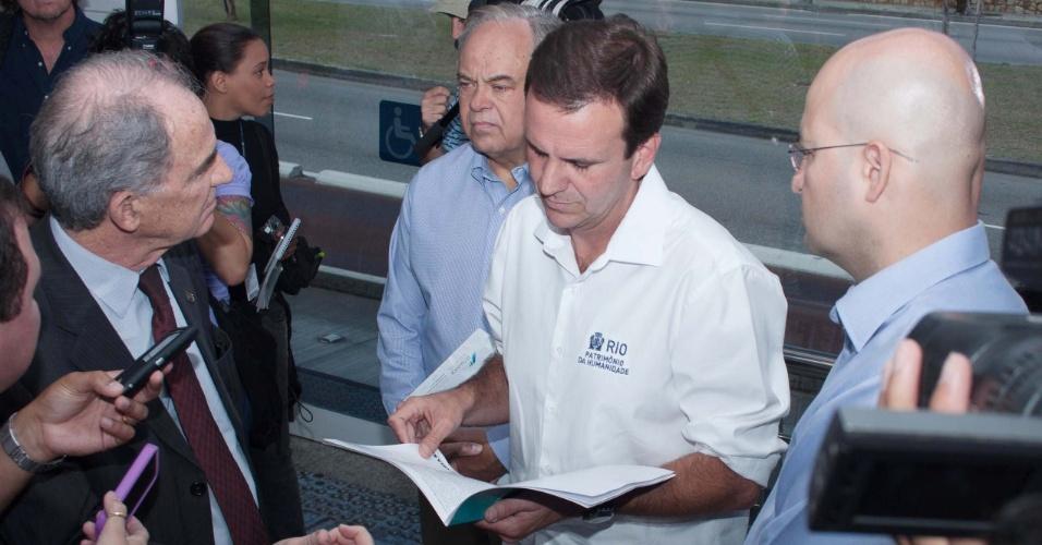 28.set.2012 - Eduardo Paes, prefeito do Rio de Janeiro e candidato à reeleição pelo PMDB (de branco) e o presidente do CREA-RJ, Agostinho Guerreiro, visitam à Estação Novo Leblon, do BRT Transoeste, no Rio de Janeiro