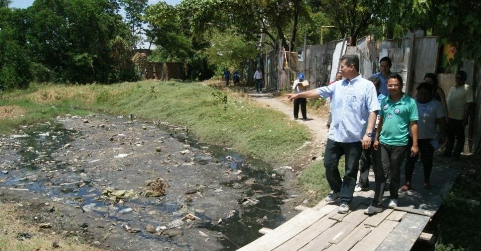 28.set.2012 - Marcos Cals, candidato do PSDB à Prefeitura de Fortaleza, fez caminhada pela comunidade Poço da Draga, na Praia de Iracema