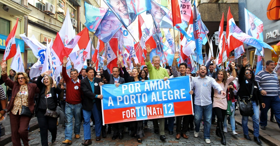28.set.2012 - O candidato à reeleição em Porto Alegre pelo PDT, José Fortunati (de verde), fez caminhada com correligionários no centro da capital gaúcha