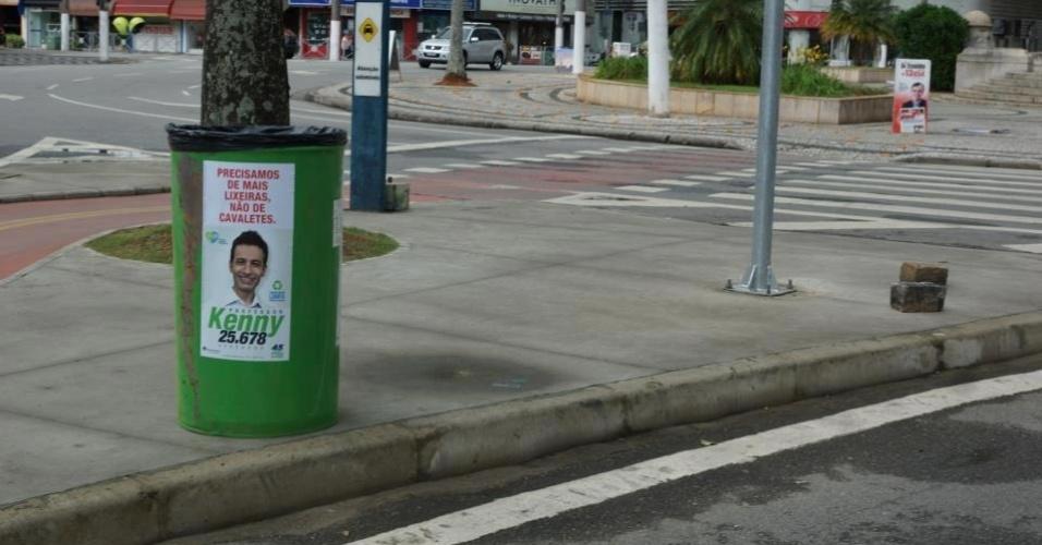 """28.set.2012 - O candidato a vereador Professor Kenny (DEM) adotou uma maneira diferente de divulgar sua candidatura em Santos (SP). No lugar de colocar cavaletes na rua, ele distribuiu lixeiras pela cidade com o seu material de divulgação com o slogan """"Campanha Limpa, Cidade Limpa"""""""