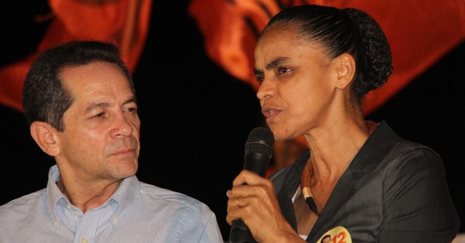 28.set.2012 - O candidato do PDT à Prefeitura de Fortaleza, Heitor Férrer, recebe apoio da ex-senadora Marina Silva (sem partido) durante palestra sobre sustentabilidade no Anfiteatro da Avenida Beira Mar, na capital cearense