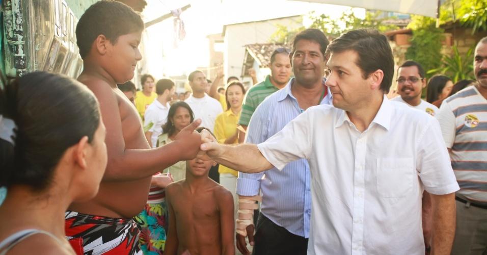 28.set.2012 - O candidato do PSB à Prefeitura do Recife, Geraldo Julio, fez campanha pela comunidade do Entra Apulso, no bairro de Boa Viagem, na capital pernambucana