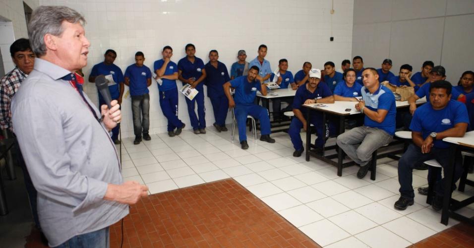 28.set.2012 - O candidato do PSDB à Prefeitura de Manaus, Arthur Virgílio, apresentou propostas de seu Plano de Governo a funcionários de uma fábrica de celulose localizada na capital amazonense