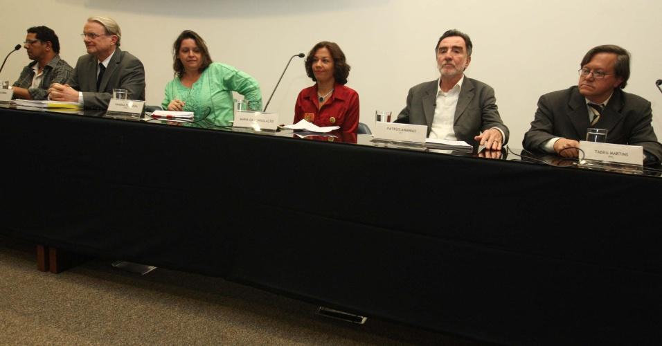 28.set.2012 - O candidatos à Prefeitura de Belo Horizonte participam de debate na Fundação João Pinheiro nesta sexta-feira na capital mineira. (Da esq. para a dir.) Pepê (PCB), Marcio Lacerda (PSB), Vanessa Portugal (PSTU), Maria da Consolação (PSOL), Patrus Ananias (PT) e Tadeu Martins (PPL)