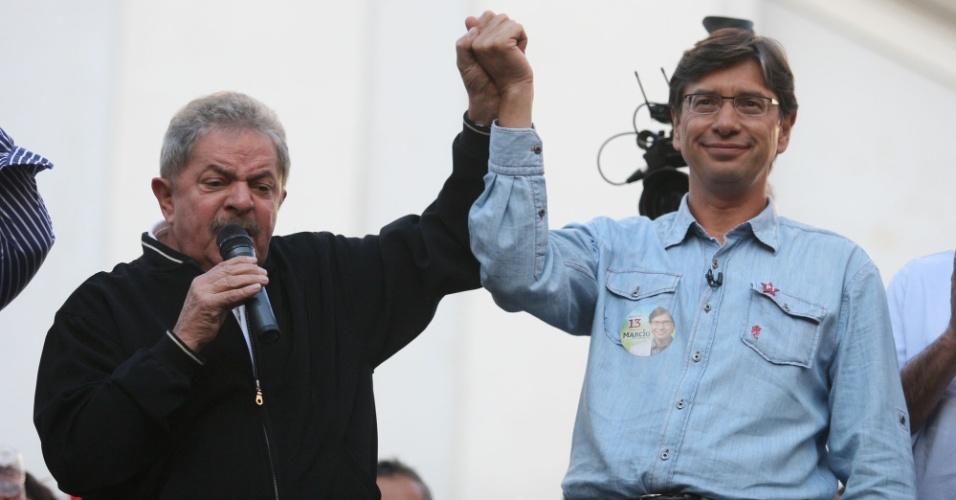 28.set.2012 - O ex-presidente Luiz Inácio Lula da Silva (à esq.) pede votos ao candidato do PT à Prefeitura de Campinas (SP), Márcio Pochmann (à dir.), na tarde desta sexta-feira