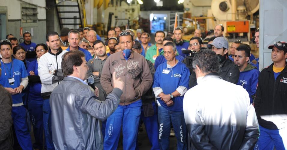 28.set.2012 - Paulinho da Força, candidato do PDT à Prefeitura de São Paulo, discursa para metalúrgicos durante visita a duas empresas na zona leste da capital
