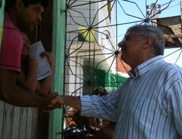 28.set.2012 - O candidato do DEM à Prefeitura de Fortaleza, Moroni Torgan (à dir.) faz uma caminhada na região da Colônia