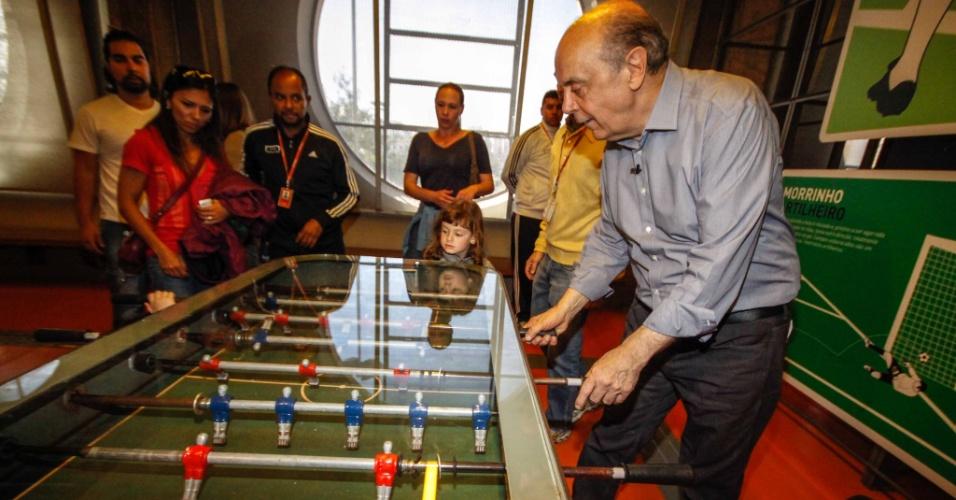 29.set.2012 - José Serra, candidato do PSDB à Prefeitura de São Paulo, joga pebolim durante visita ao Museu do Futebol. Esta semana
