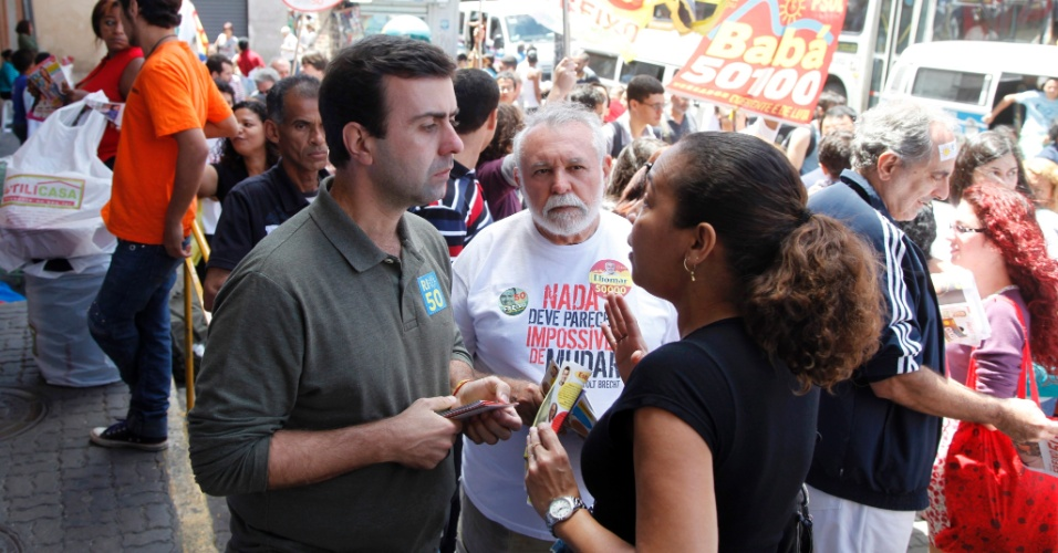 29.set.2012 - O candidato do PSOL à Prefeitura do Rio de Janeiro, Marcelo Freixo, fez caminhada pelas ruas de Bonsucesso e Praça das Nações e conversou com eleitores