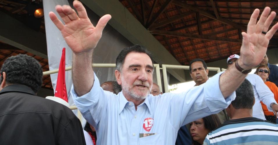 29.set.2012 - O candidato do PT à Prefeitura de Belo Horizonte, Patrus Ananias, fez campanha nas ruas do bairro Taquaril, na região leste da capital mineira
