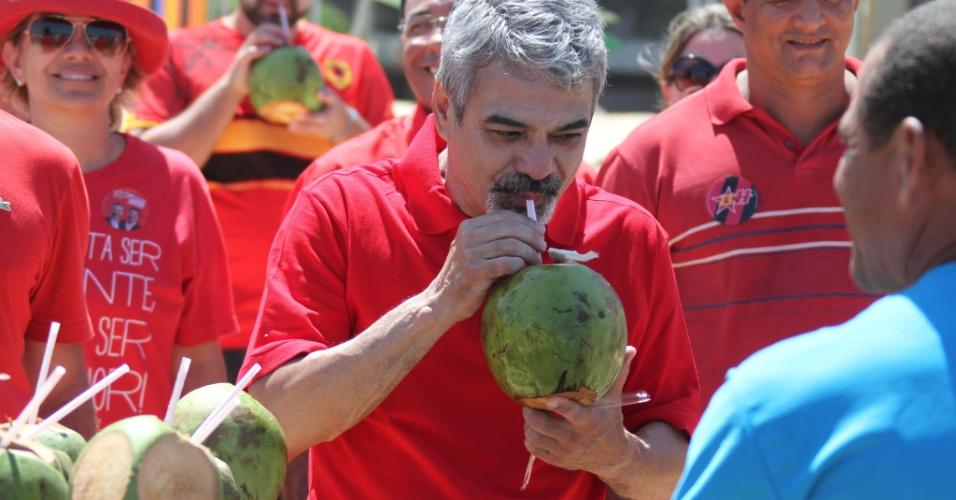 29.set.2012 - O candidato do PT à Prefeitura do Recife, Humberto Costa, toma água de coco enquanto caminha na praia de Boa Viagem, onde fez campanha pela manhã