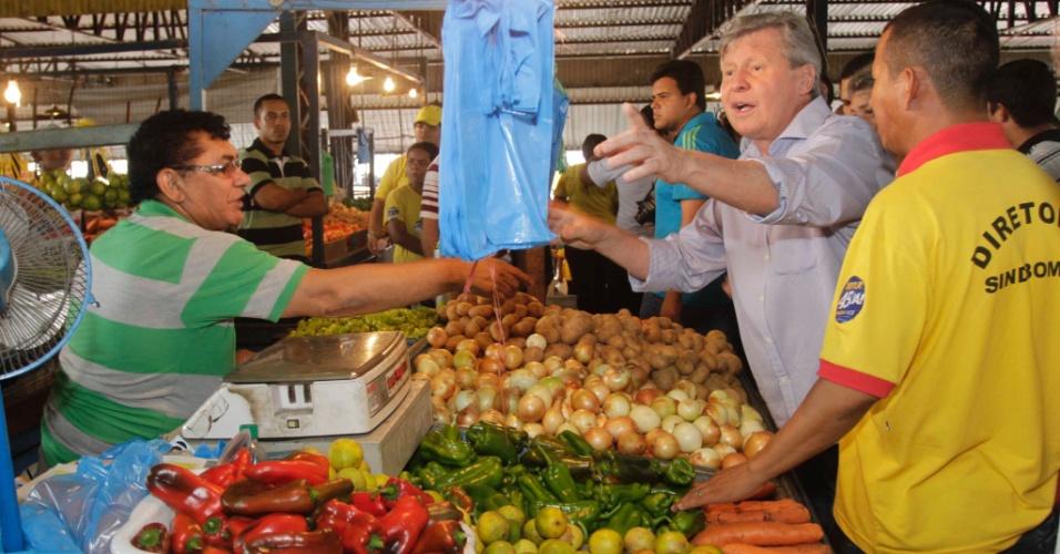 29.set.2012 - Arthur Virgílio, candidato do PSDB à Prefeitura de Manaus, visitou a feira da Panair, localizada no bairro de Educandos, zona sul
