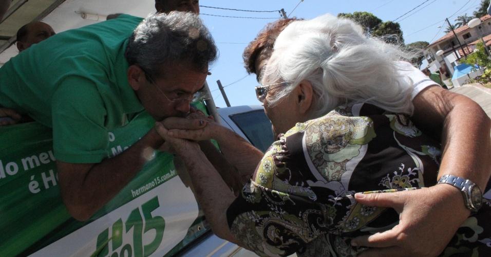 29.set.2012 - Hermano Morais, candidato do PMDB à Prefeitura de Natal, fez caminhada pelos bairros Cidade do Sol, Parque das Dunas, Pajuçara, Novo Horizonte e Nova Natal