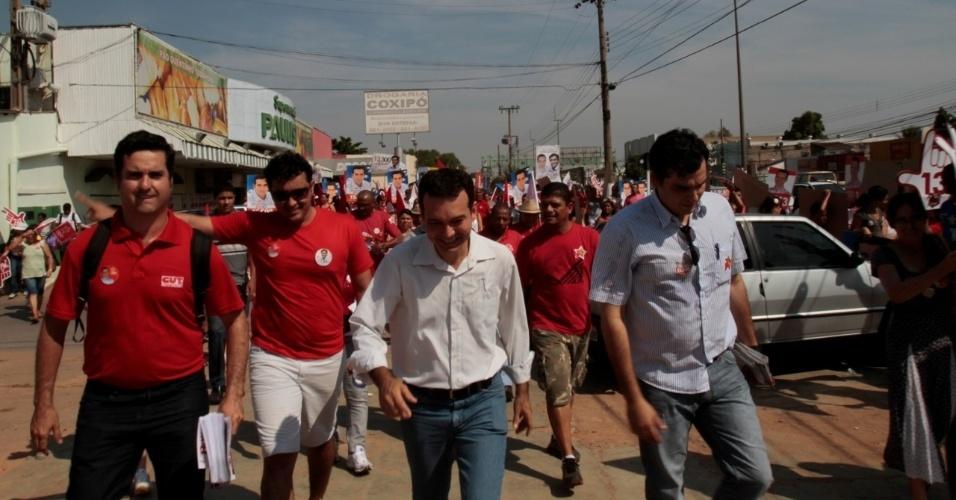 29.set.2012 - O candidato à Prefeitura de Cuiabá Lúdio Cabral (PT) caminhou pelo comércio da avenida Fernando Corrêa, na região do Coxipó, e conversou com eleitores