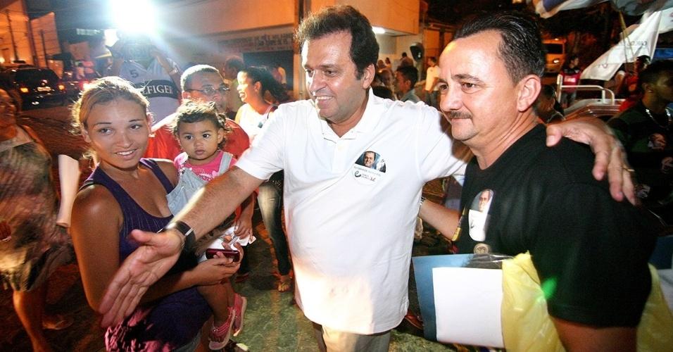 29.set.2012 - O candidato à Prefeitura de Natal Carlos Eduardo (PDT) fez uma caminhada de campanha no bairro Mãe Luiza e conversou com eleitores