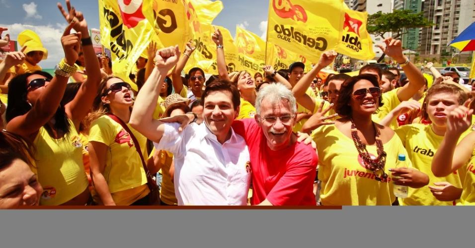 30.set.2012 - Geraldo Julio (de camisa branca), candidato do PSB à Prefeitura do Recife, fez caminhada na avenida Boa Viagem